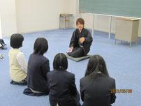 熱心に聴き入る生徒たち