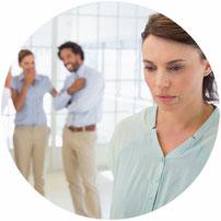 Auslöser für Stress können Mobbing und Isolierung sein.
