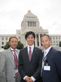 面会後、議員自ら国会議事堂見学のご案内をして頂きました。(左から)高崎理事長、よこくめ議員、今井会員