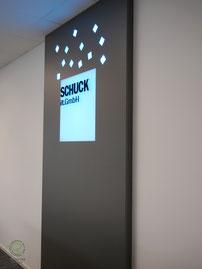 Rückwand mit Logogestaltung mit Fräsbuchstaben u. RGB-Beleuchtung mit Beleuchtungspaneel Lightpanel frameless