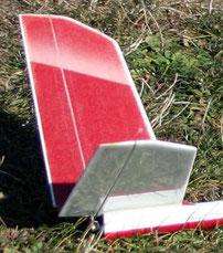 détail du stab en fibre blanc et rouge, sur un planeur Minij