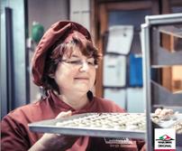 Birgit Günther, Schokoladensommelière aus Alsfeld, mit einem Bonusheft für erfolgtes Impfen