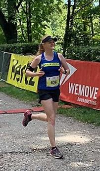 Läuferin Carina rennt durch die Ziellinie