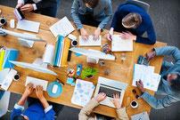 La méthode AMDEC est un travail d'équipe, rassemblant les contributeurs experts et des intervenants extérieurs au processus.