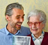 Was macht eine 99-Jährige eigentlich den ganzen Tag? Olaf Unverzart hat seine Großmutter Barbara durch ihr 100. Lebensjahr begleitet. Foto: Kampmann