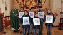 Pfarrer Raimund Arnold mit den sieben Kommunionkindern.