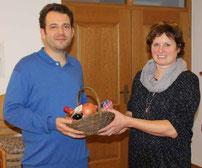 Christina Wutz bedankte sich beim Referenten mit einem Geschenk.