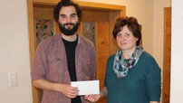 Erfreut nimmt Christian Liegl die Frauenbund-Spende von Christina Wutz entgegen.
