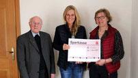 Pfarrer Raimund Arnold, Dr. Stephanie Kassecker und Betty Krapfl bei der Spendenübergabe.
