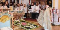 Den Altarraum schmückte ein aufwendig gelegter Blumenteppich.