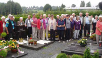 Die Seniorengruppe am Grab von Pfarrer Erhard Unterburger.