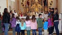 Zum Gebet versammelten sich die Schüler rund um den Altar.