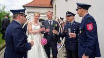 Feuerwehr-Kameraden stießen mit dem Brautpaar auf seine gemeinsam Zukunft an.