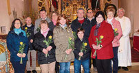 Stadtpfarrer Wolfgang Häupl begrüßte die neuen Pfarrgemeinderäte mit einer Rose.