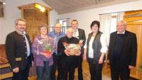 Arnold Lindner hatte für Anna Fischer, Hannelore Koch und Pfarrer Arnold ein Geschenk dabei.
