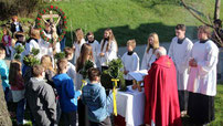 Pfarrer Raimund Arnold segnete die Palmbuschen, bevor gemeinsam in die Wallfahrtskirche eingezogen wurde.