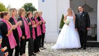 Der Aster Kirchenchor sang dem Paar ein Ständchen.