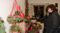 Es gab ein großes Angebot an Weihnachtsschmuck beim Aster Adventsmarkt.