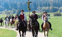 Kreuzträger Alois Schneider mit seinen Söhnen führte auf seinem Wallach Piave die Wallfahrer an.