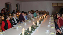 Im Schein von 70 brennenden Kerzen genossen die Aster Frauenbund-Mitglieder die Adventsfeier.