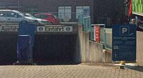 Das Hinweisschild steht zu unscheinbar an der Einfahrt zur Tiefgarage des Supermarktes. Ein Strafzettel der privaten Parkplatzkontrolle darf nicht ergehen, da hier kein Parkvertrag abgeschlossen wird.