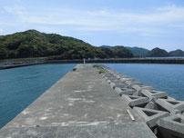 須佐漁港 右側の波止の写真
