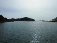 肥中漁港 湾の入り口の写真