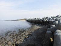 西角田漁港 右側の護岸の写真