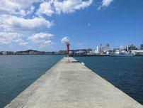 岬之町 赤灯台堤防の写真