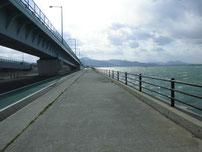 北九州空港連絡橋下 道路沿いの護岸の写真