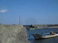 沓尾漁港 河口沿いの波止の写真
