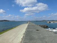 秋穂漁港 左側の波止の写真