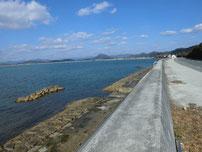 花香漁港 右側の護岸の写真