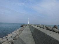 吉富漁港 河口沿いの波止の写真
