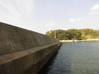 特牛漁港 赤灯台波止・内側の写真