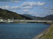 木屋川 新幹線の橋桁 の写真