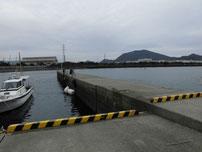 防府マリーナ 手前の港の波止の写真