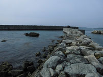 和久漁港 左側の波止 の写真