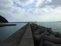 柄杓田漁港 右側の波止の写真