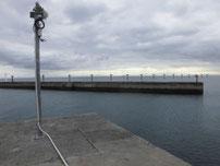 岬漁港 Y字型の波止 先端付近の写真