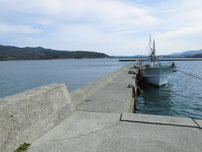伊上漁港 護岸側の波止 の写真