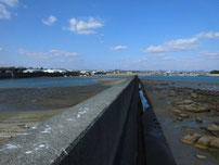 阿知須漁港 河口付近の波止の写真