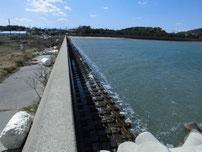 稲童漁港 左側の護岸の写真