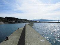 久津漁港 反対側の岸の波止の写真