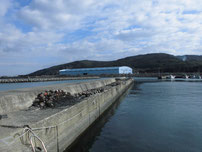 脇ノ浦漁港 左側の波止の写真