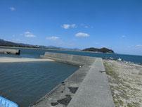 沓尾漁港 右側の波止の写真