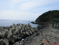 角島 尾山港 外波止・付け根付近岩場の写真
