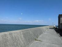 沓尾漁港 波止手前の護岸の写真