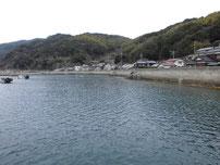 小田漁港 右側の護岸の写真