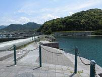須佐漁港 左側の波止・付け根付近の写真